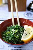 Algensalat mit Sesam und Zitrone