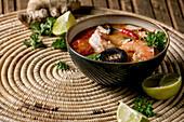 Tom Yum Kung mit Garnelen, Shiitake, Chili und Tomaten (Thailand)