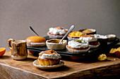 Mandarinen-Muffins mit Sahne, Karamellsauce und Pistazien