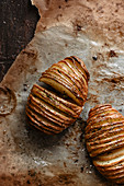 Hasselback-Kartoffeln auf Backpapier