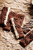 Weihnachtliches Schokoladengebäck mit dem Schriftzug 'Ho Ho Ho'