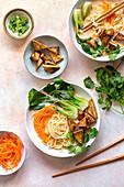 Asiatische Nudelsuppe mit Tofu und Gemüse