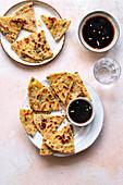 Chinesische Pfannkuchen mit Frühlingszwiebeln dazu Sojasauce
