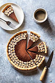 Schokoladen-Tarte mit Haselnüssen zum Kaffee