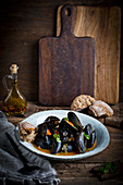 Mussels in sauce with bread