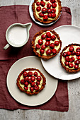 Pudding tarts with cherries
