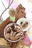Glutenfreie Marienkäfer-Kekse, verziert mit Zartbitterschokolade