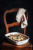 Glutenfreies Brennessel-Focaccia in Auflaufform auf altem Flechtstuhl