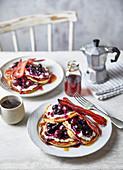 Pancakes mit Beeren, Kirschen und Sirup (USA)