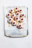 Bakewell Sticky Buns mit Zuckerglasur und Belegkirschen