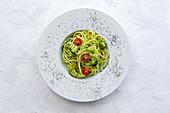 Hausgemachte Zucchinispaghetti mit Pesto, Brokkoli und Kirschtomaten
