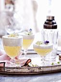 Lady Grey Gin Fizz in Gläsern auf Silbertablett