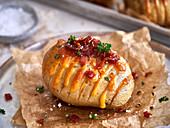 Ofenkartoffel mit Cheddar und Speck (Nahaufnahme)