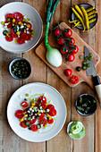 Kischtomatensalat mit Frühlingszwiebeln, Chilis und Kapern