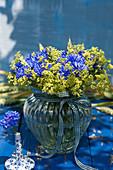 Strauß aus Kornblumen und Frauenmantel