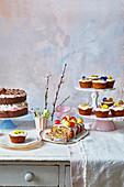 Osterbuffet mit Simnel Cake und Karottenküchlein mit Orangen und Honigsirup