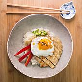 Hähnchen Donburi mit Paprika, Ei und Zwiebel (Japan)