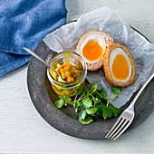 Scotch Eggs mit Blumenkohl-Pickles und Brunnenkresse