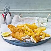 Fish And Chips (panierter Kabeljau mit Chunky Chips und Sauce Tartar, England)