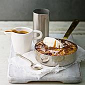 Apfel-Cobbler mit Toffeesauce und Vanilleeis