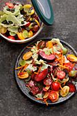 Herbst-Salat mit Chinakohl, Pflaumen und Kürbiskernen