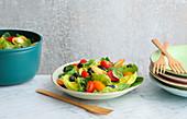 Bunter Sommersalat mit Heidelbeeren