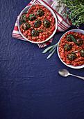 Vegetarische Spinatbällchen mit Linsen-Napoli-Sauce