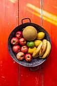 Obstschale mit Äpfeln, Zitronen, Bananen und Melone