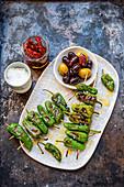 Gegrillte Pimentos de Padron mit Oliven