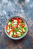 Bunter Gemüsesalat mit Rucola, Gurke, Tomaten und Paprika