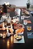 Gedeckter Tisch zum Abendbrot mit Adventskranz aus Holzperlen