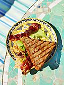 Sandwichtoast mit Omelett und Bacon