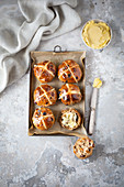 Hot Cross Buns mit Butter