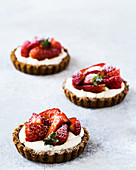Tartlets with mascarpone and strawberries