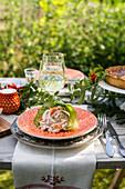 Cremiger Flusskrebssalat mit Fenchel und Dill auf sommerlich gedecktem Tisch