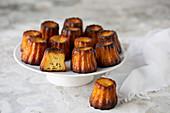 Canneles auf Kuchenständer