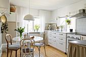 Runder Tisch in gemütlicher Wohnküche im Bohostil