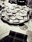 Frische Austern auf Servierplatte mit Sekt