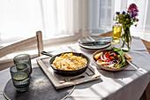 Filoteigpie mit Feta, Pinienkernen, roten Zwiebeln, Spinat und Bärlauch