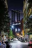 Blick auf die Manhattan Bridge bei Nacht, New York City, USA