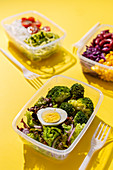 Gesunde Lunchboxen mit Gemüse und Reis