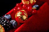 Buche de Noel mit Beeren und Blattgold