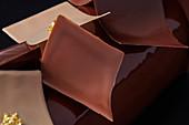 Buche de Noel mit Schokoladenblättchen und Blattgold