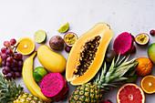 Exotisches Früchtestilleben mit Trauben