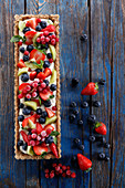 Oatmeal tart with cream filling and fruit