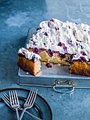 Poke Cake mit Zitronen, Heidelbeeren und Frischkäsecreme