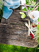 Picknick-Utensilien und Getränk auf Holzstuhl