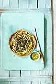 Grün-gelbe Zucchinitarte