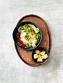 Vegane Nudel-Bowl mit frittierten Tofuwürfeln und Edamame