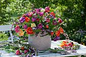 Bunter Strauß aus Tulpen und Purpur-Ginster im Korb